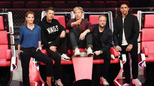 """The Voice of Germany"" 2016 kommt jetzt immer Sonntags bei Sat.1. Die Jury der sechsten Staffel von ""The Voice of Germany"" (v. li.): Yvonne Catterfeld, Michi Beck, Samu Haber, Smudo und Andreas Bourani. (Quelle: dpa)"