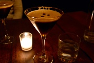 Für den Espresso Martini mixt man 2cl Kaffeelikör wie Kahlùa, 4cl Wodka und 2cl Espresso. (Quelle: Thinkstock by Getty-Images)