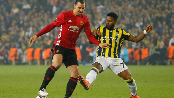 Europa League Ergebnisse: United zittert ums Weiterkommen; Rom auf Kurs. Manchester United's Zlatan Ibrahimovic in action with Fenerbahce's Jeremain Lens (Quelle: Reuters)
