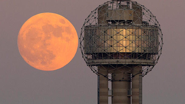 Der Vollmond am 13.11.2016 hinter dem Reunion Tower in der US-Stadt Dallas. (Quelle: AP/dpa)