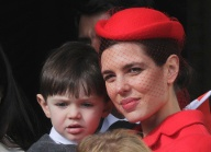 Charlotte Casiraghi and her son Raphael stand at the Palace Balcony during Monaco's National Day (Quelle: Reuters)