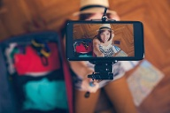 Young Woman Taking Selfie (Quelle: Thinkstock by Getty-Images)
