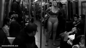 Plus-Size-Model lässt in der U-Bahn die Hüllen fallen. (Screenshot: Bit Projects)