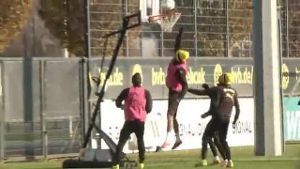 Aubameyang und Co. brillieren beim Basketball. (Screenshot: Omnisport)