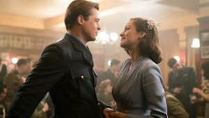 Brad Pitt und Marion Cotillard in 'Allied'. (Screenshot: