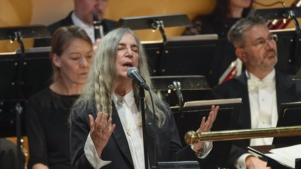 "Bob Dylan pfeift auf Nobelpreis-Party - Patti Smith tanzt und singt. US-Rockikone Patti Smith sang bei der Feier in Stockholm den Dylan-Song ""A Hard Rain's A-Gonna Fall""."