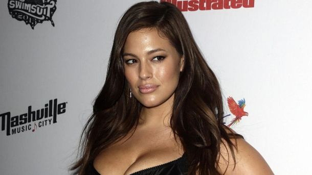 "Ashley Graham zeigt sich im durchsichtigen Kleid auf Instagram. Ashley Graham im Februar 2015 bei der ""Sports Illustrated Swimsuit Issue Party"" in New York. (Quelle: dpa/EPA/JASON SZENES)"