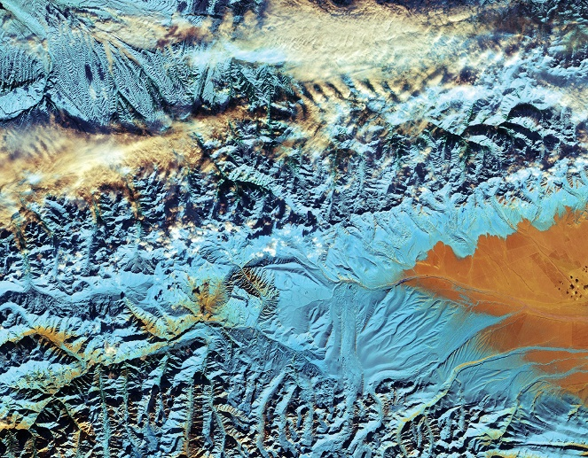 Schmelzende Gletscher in China. Das Falschfarben-Satellitenbild zeigen einen Teil des Tian-Shan-Gebirges nahe der Grenze zu Kasachstan und Kirgisistan. (Quelle: Contains modified Copernicus Sentinel data (2016), processed by ESA)
