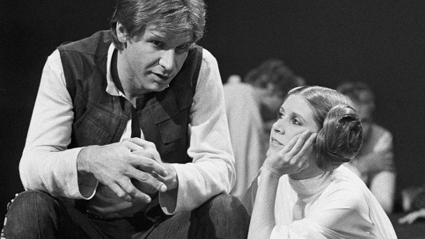 """Harrison Ford mit Carrie Fisher am """"Star Wars""""-Set. (Quelle: AP/dpa)"""