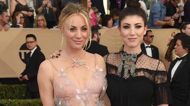 """The Big Bang Theory""-Star Kaley Cuoco zeigt ihre Schwester Briana. Kaley Cuoco (li.) und ihre Schwester Briana bei den Screen Actors Guild Awards 2017. (Quelle: AP/dpa)"