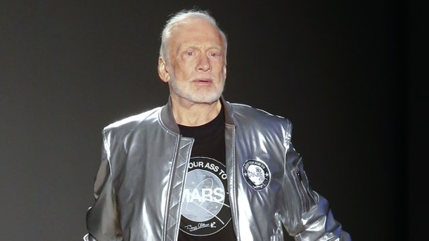 Mode - Catwalk nach Moonwalk: Buzz Aldrin zeigt Mars-Mode. Der Astronaut Buzz Aldrin präsentierte einen Entwurf von Nick Graham bei der Männer Fashion Week in New York.
