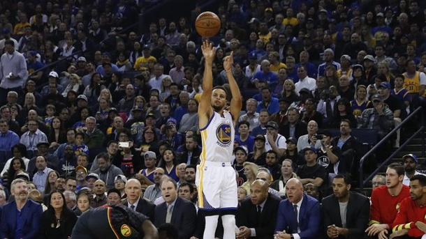 Basketball: NBA-Star Curry wirft neuen Dreier-Rekord. Stephen Curry (r.