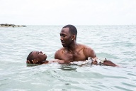 "Mahershala Ali hält Alex R. Hibbert in seinen Armen im Wasser im Film ""Moonlight"" (Quelle: imago/ZUMA Press)"