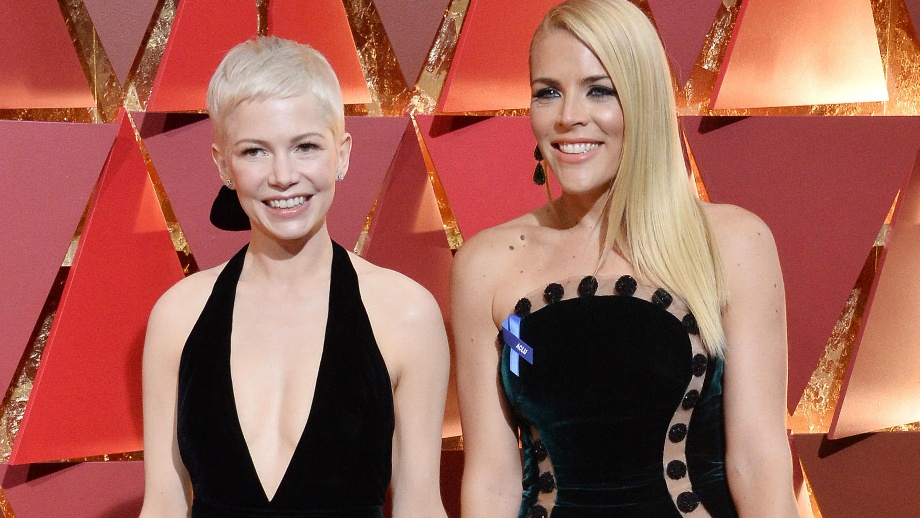Oscar 2017: Das sind die Tops und Flops vom roten Teppich. Michelle Williams and Busy Philipps arrive for the 89th annual Academy Awards in Hollywood (Quelle:     picture alliance / newscom)