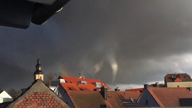 Nach Tornado: Behörden wollen Schäden begutachten. Tornado in Kürnach