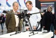 Visitors look at the drone Matrice 600 PRO at the booth of Chinese company DJI at the world's biggest computer and software fair, CeBit, in Hanover (Quelle: Reuters)
