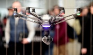 Visitors look at a drone at the booth of Chinese company Yuneec at the world's biggest computer and software fair, CeBit, in Hanover (Quelle: Reuters)