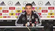 Podolski als Kapitän im letzten Nationalspiel (Screenshot: Reuters)