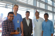 Das Foto zeigt das Team, das den Fruchtbarkeitstest entwickelt hat. Manoj Kumar Kanakasabapathy (l-r), Charles Bormann, Hadi Shafiee, John Petrozza, Prudhvi Thirumalaraju.  (Quelle: dpa/Vignesh Natarajan/Science Translational Medicine)