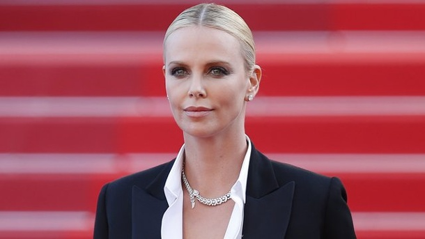 Film: Charlize Theron in schwarzer Komödie. Charlize Theron 2016 in Cannes.