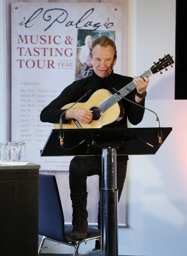 "Sting brachte seine Gitarre mit und spielte für die Gäste drei Songs – darunter auch den Police-Klassiker ""Message in a bottle"". (Quelle: Messe Düsseldorf, Constanze Tillmann)"