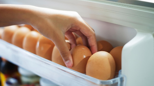 Was sind eigentlich Bio-Eier?. Pick eggs from the refrigerator (Quelle: Thinkstock by Getty-Images/jarabee123)