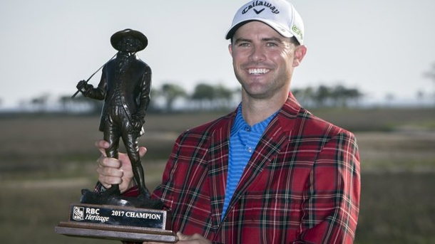 Golf: Bryan gewinnt Turnier in South Carolina. Wesley Bryan posiert mit Trophäe in Hilton Head Island.