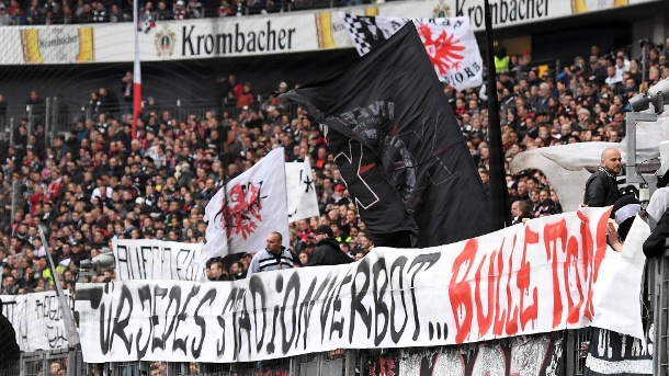 eintracht frankfurt ultras drohen auf schock banner mit polizisten mord. Black Bedroom Furniture Sets. Home Design Ideas