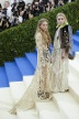 Die Zwillinge im Partnerlook: Mary-Kate and Ashley Olsen setzten auf cremefarbene Spitze. (Quelle: imago)