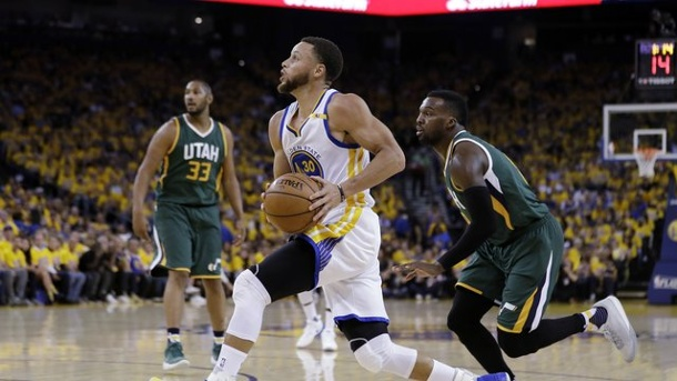Basketball: Golden State Warriors starten mit Sieg in NBA-Viertelfinale. Stephen Curry (M.