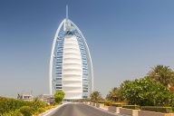 View of the world s first seven stars luxury hotel Burj Al Arab Tower of the Arabs Madinat Jumeira (Quelle: imago images/BE&W)