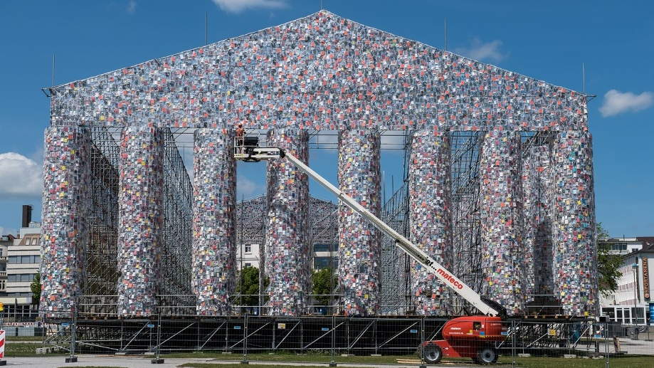 "Das documenta-Kunstwerk ""The Parthenon of Books"" in Kassel. (Quelle: dpa/Swen Pförtner)"