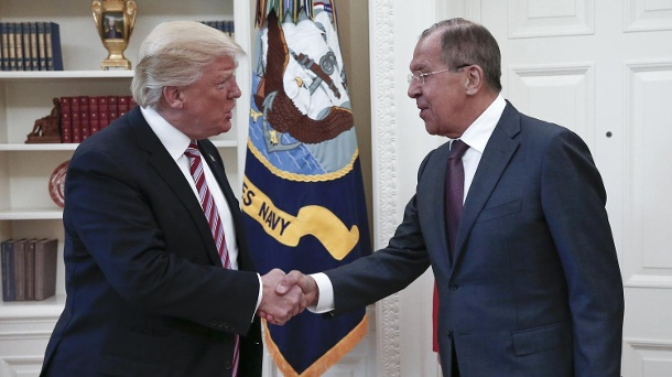 Donald Trump: Weitergabe von Geheimdienst-Infos an Russland. US-Präsident Donald Trump (l) und Russlands Außenminister Sergej Lawrow im Weißen Haus in Washington. (Quelle: dpa/Uncredited/Russian Ministry of Foreign Affairs/Archivbild)