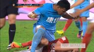 In der Chinese Super League täuscht Stürmer Roger Martinez den Schiri hinterlistig. (Screenshot: Omnisport)