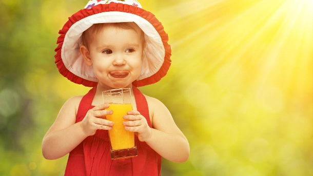 Wie viel Fruchtsaft am Tag ist für Kinder okay?. Ein kleines Mädchen trinkt ein Glas Orangensaft. (Quelle: Thinkstock by Getty-Images/evgenyatamanenko)