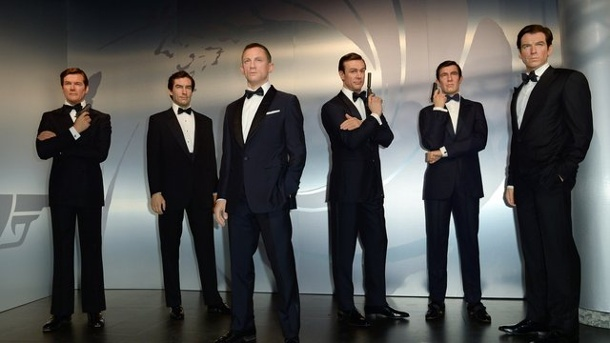 Leute: James Bond trauert um Roger Moore. Die Wachsfiguren von Roger Moore (l-r), Timothy Dalton, Daniel Craig, Sean Connery, George Lazenby und Pierce Brosnan bei Madame Tussauds in Berlin.