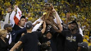 Spieler und Trainer der Golden State Warriors stemmen die NBA-Trophäe in die Luft. (Quelle: Perform/ePlayer)