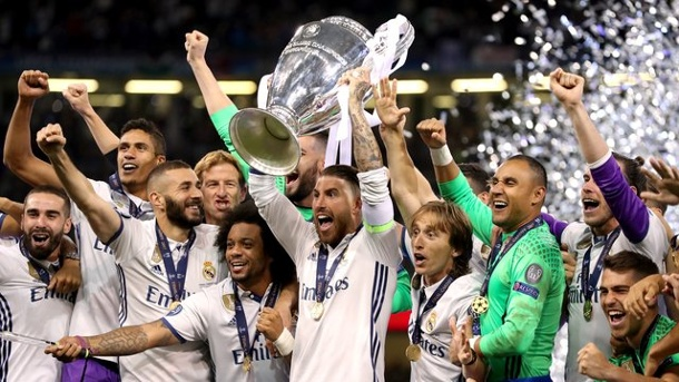 Fußball: Champions League ab 2018 nur noch im Pay-TV. Real Madrid's Sergio Ramos feiert mit dem Champions League Pokal.