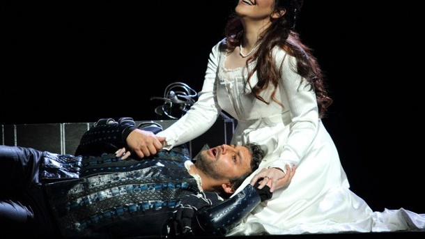 Jonas Kaufmann performt als Otello in London. Jonas Kaufmann als Otello und die italienische Sopranistin Maria Agestra als Desdemona im Royal Opera House Covent Garden in London.
