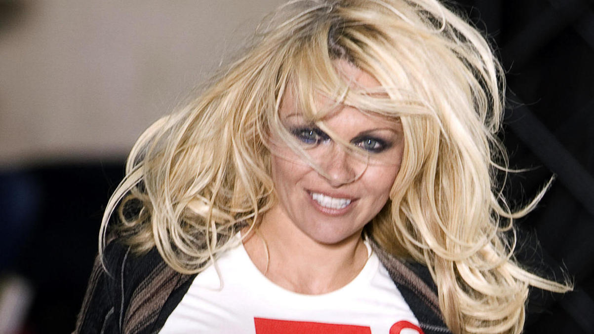 pamela anderson wird 50 baywatch star verr t k rper geheimnis. Black Bedroom Furniture Sets. Home Design Ideas