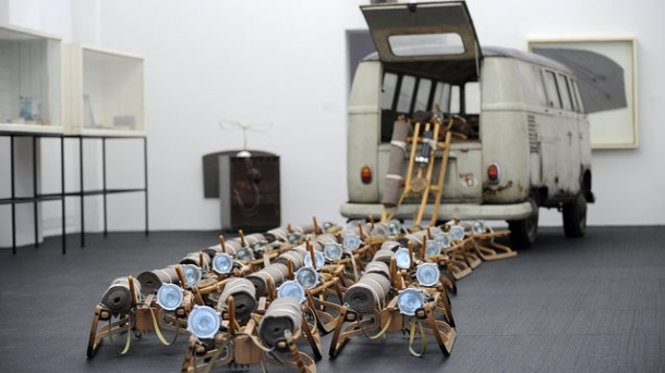 aufkleber auf vw bus besucher besch digt beuys kunstwerk. Black Bedroom Furniture Sets. Home Design Ideas