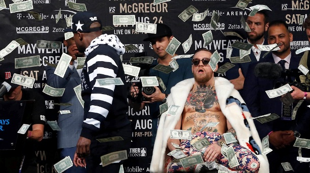 Skurrile Pressekonferenz: Mayweather bewirft McGregor mit Geld. Floyd Mayweather (l.) dreht ab, nachdem er Dollar-Noten auf Conor McGregor (r.) regnen ließ. (Quelle: Reuters/ Noah K. Murray-USA TODAY)