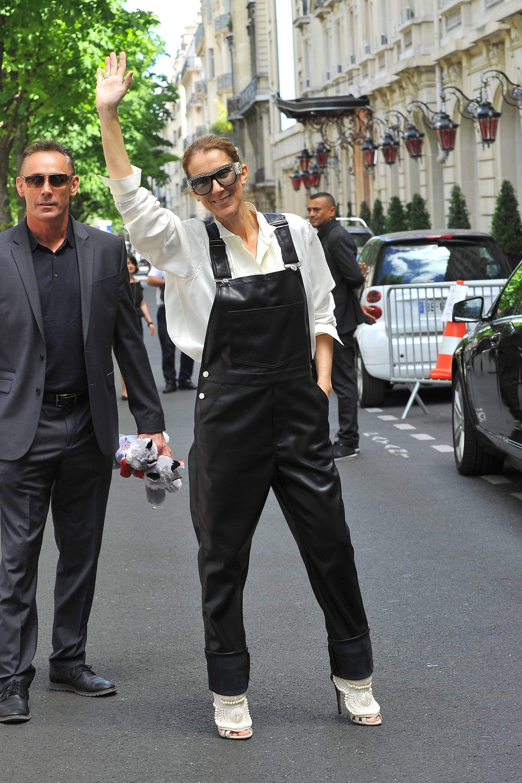 Celine strahlt in Leder-Latzhose in Paris. (Quelle: imago)