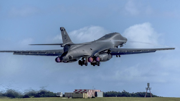 Donald Trump lässt Bomber nach Nordkorea fliegen. Ein US Air Force B-1B Kampfflugzeug hebt von der Anderson Air Force Base im US-Überseegebiet Guam ab. (Quelle: Airman 1st Class Jacob Skovo-Lan/U.S. Air Force/AP/dpa)