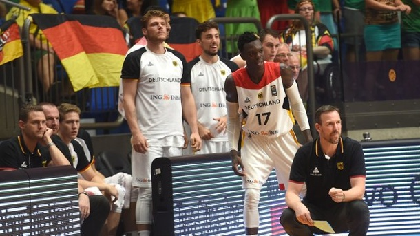 Basketball - DBB-Team vor EM-Achtelfinale: Was läuft gut, was nicht?. Bundestrainer Chris Fleming (r) hat einen tief besetzten Kader bei der EM zur Verfügung.