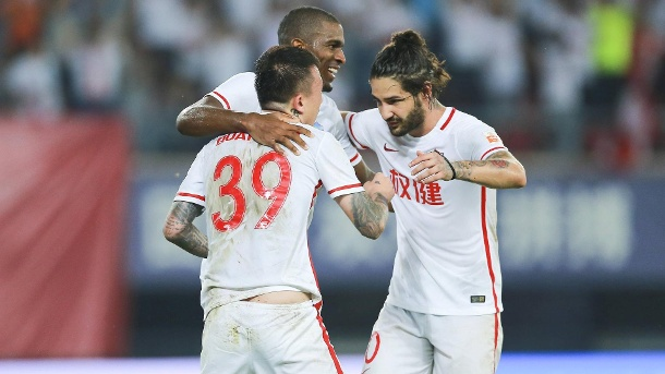 Tianjin Quanjian: Anthony Modeste dreht Spiel im Alleingang. Wang Yongpo (v.l.), Anthony Modeste und Alexandre Pato. (Quelle: imago images/VCG)