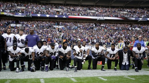"American Football - US-Sportler kontern Trump-Kritik - LeBron James: ""Penner"". Spieler des Football-Teams Baltimore Ravens knien in London während der US-Nationalhymne aus Protest auf dem Rasen."