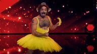Adam Krandle aus New York präsentiert eine skurrile Burlesque Performance.