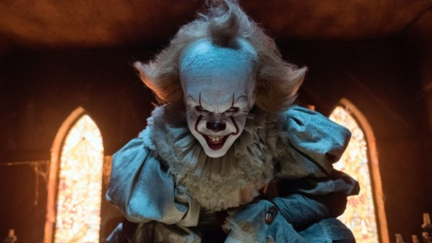 "Film - Stephen Kings ""Es"": Clownhorror in der Kleinstadt. Bill Skarsgard schockt als Grusel-Clown Pennywise."