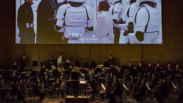 "Musik: ""Star Wars"" statt Strawinsky. David Newman dirigiert im Lincoln Center beim ""Star Wars""-Konzert das Orchester der New York Philharmoniker."